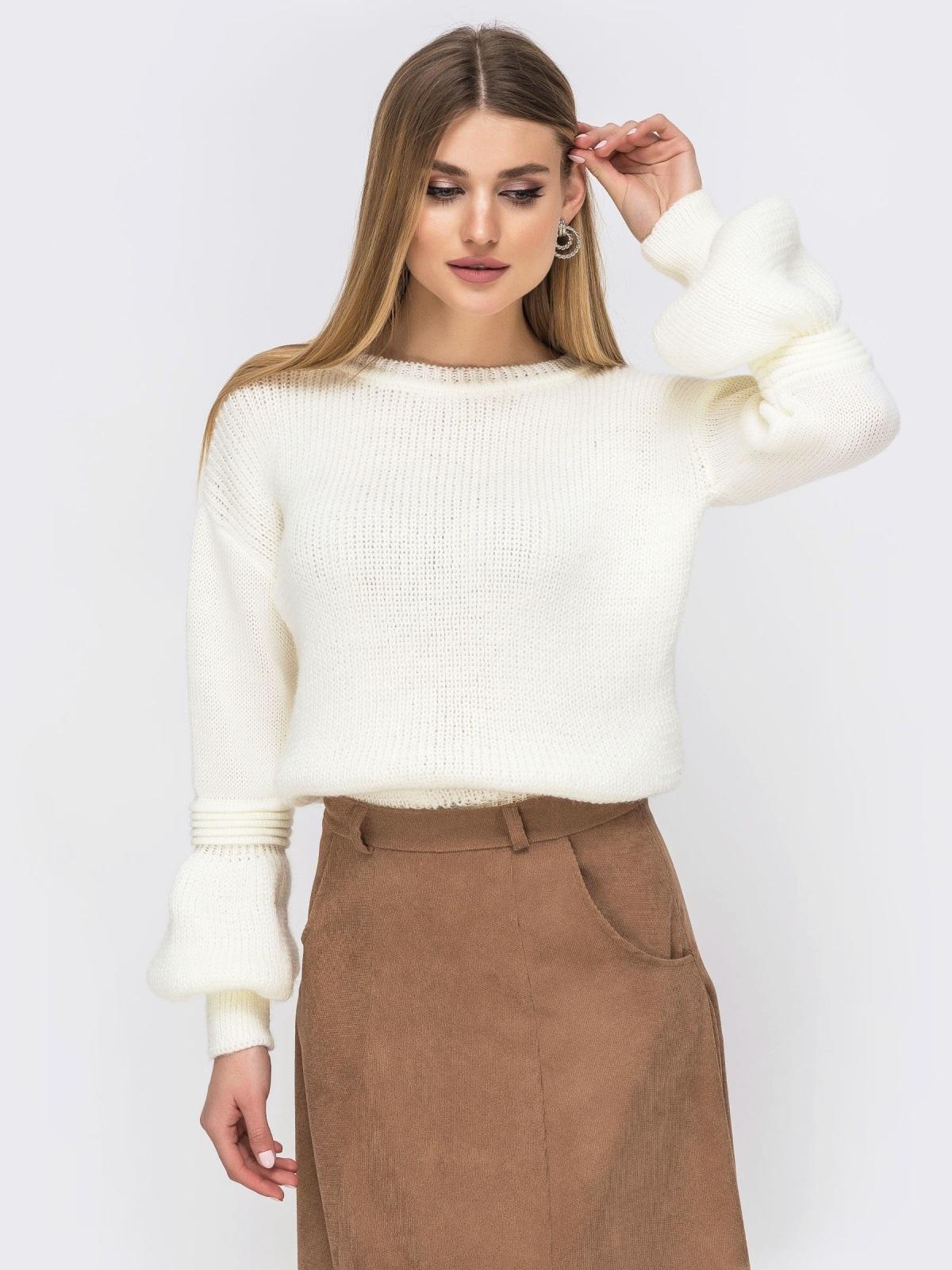 Молочный свитер со спущенной линией плеч - 43130, фото 1 – интернет-магазин Dressa