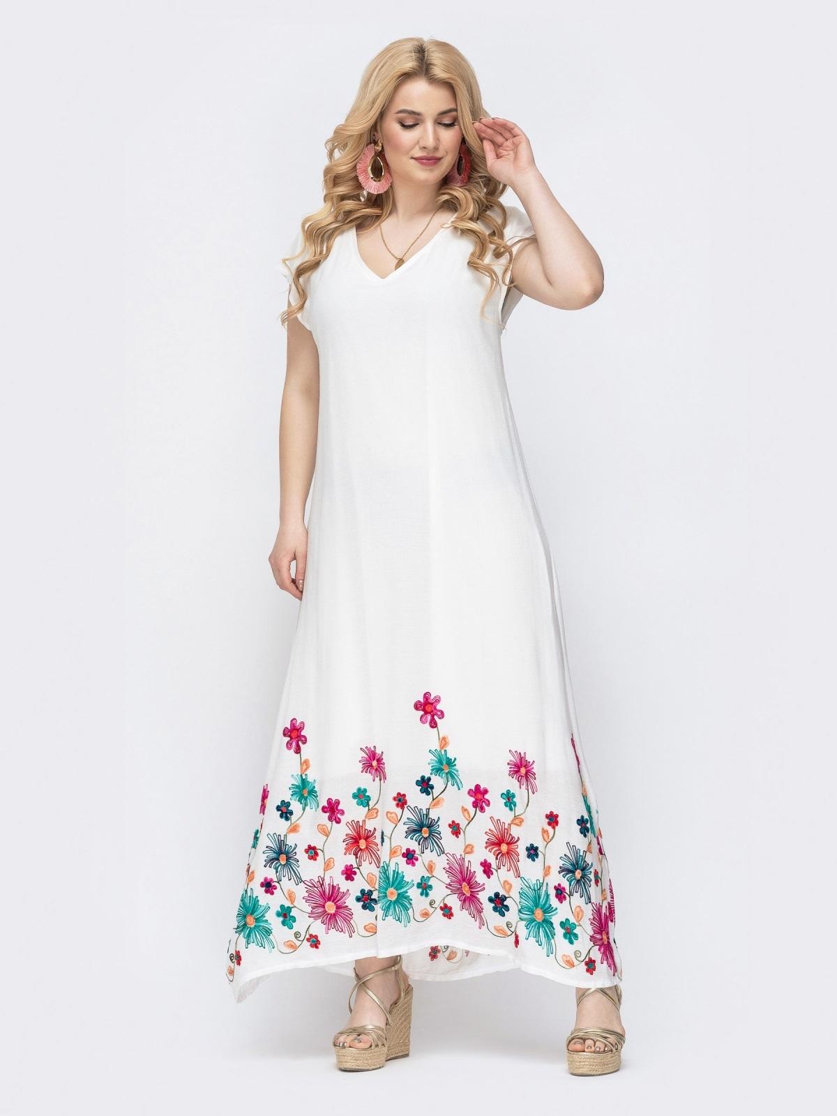 Приталенное платье батал белого цвета с вышивкой по низу 46216, фото 1