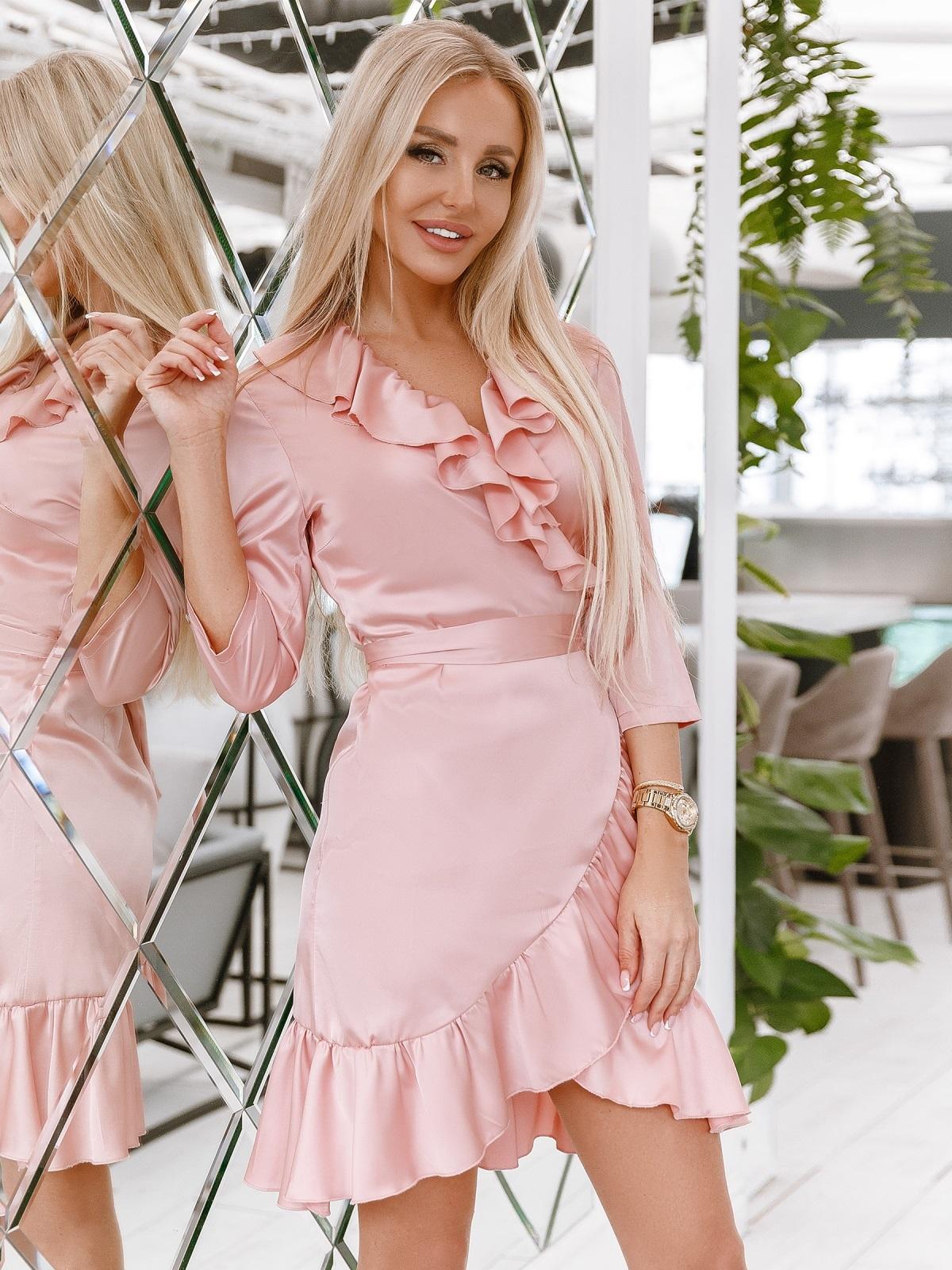 Платье на запах с оборкой по вырезу пудровое - 48015, фото 1 – интернет-магазин Dressa