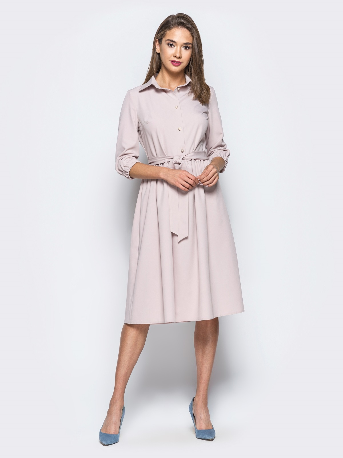Пудровое платье-миди с жемчужными пуговицами - 16600, фото 1 – интернет-магазин Dressa