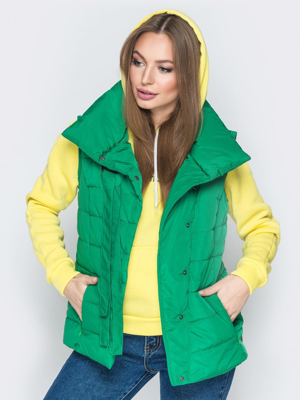 Зелёный жилет с объёмным воротником и карманами - 20056, фото 1 – интернет-магазин Dressa