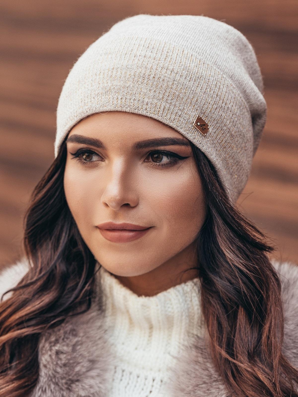 Зимняя шапка без помпона с нитью люрекса бежевая - 14732, фото 1 – интернет-магазин Dressa