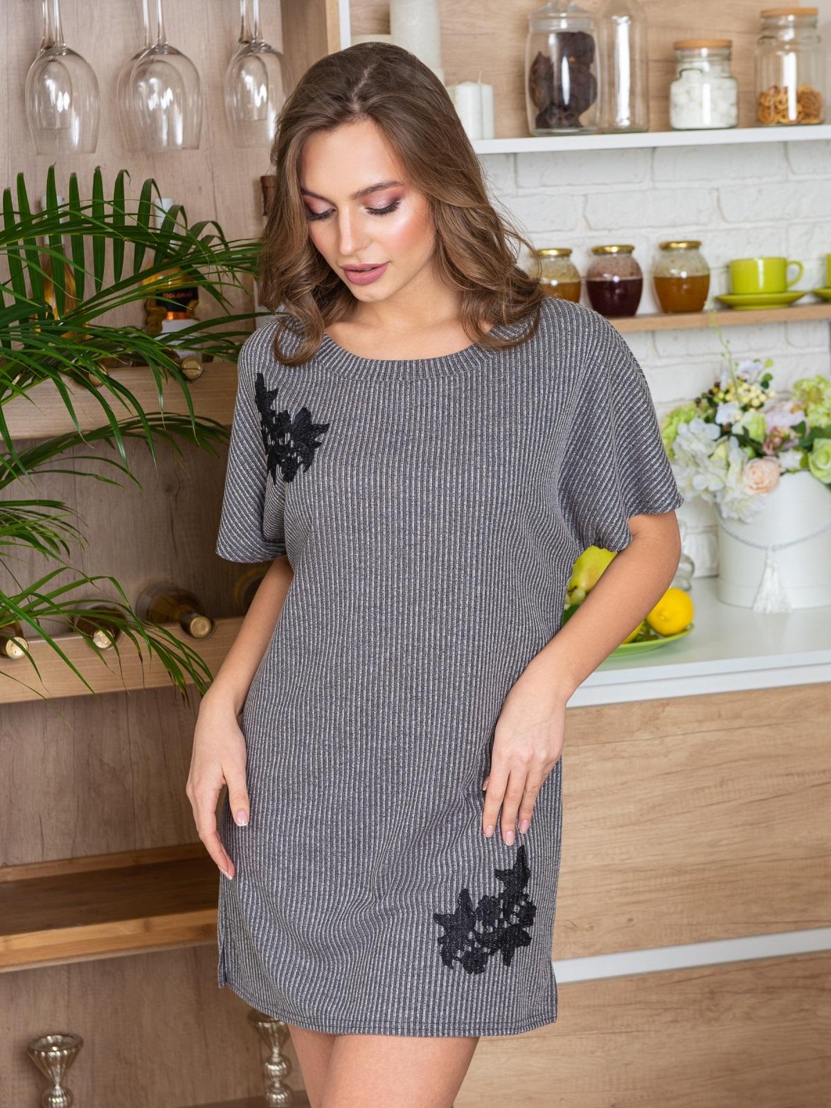 """Серая ночная рубашка в рубчик с нашивкой """"цветы"""" - 20401, фото 1 – интернет-магазин Dressa"""