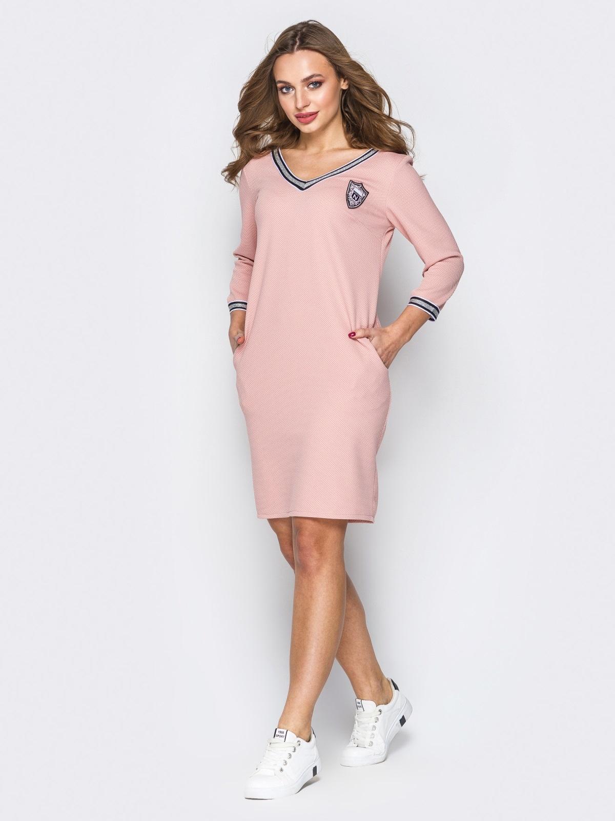 Розовое платье с широким V-вырезом и эмблемой - 19922, фото 1 – интернет-магазин Dressa