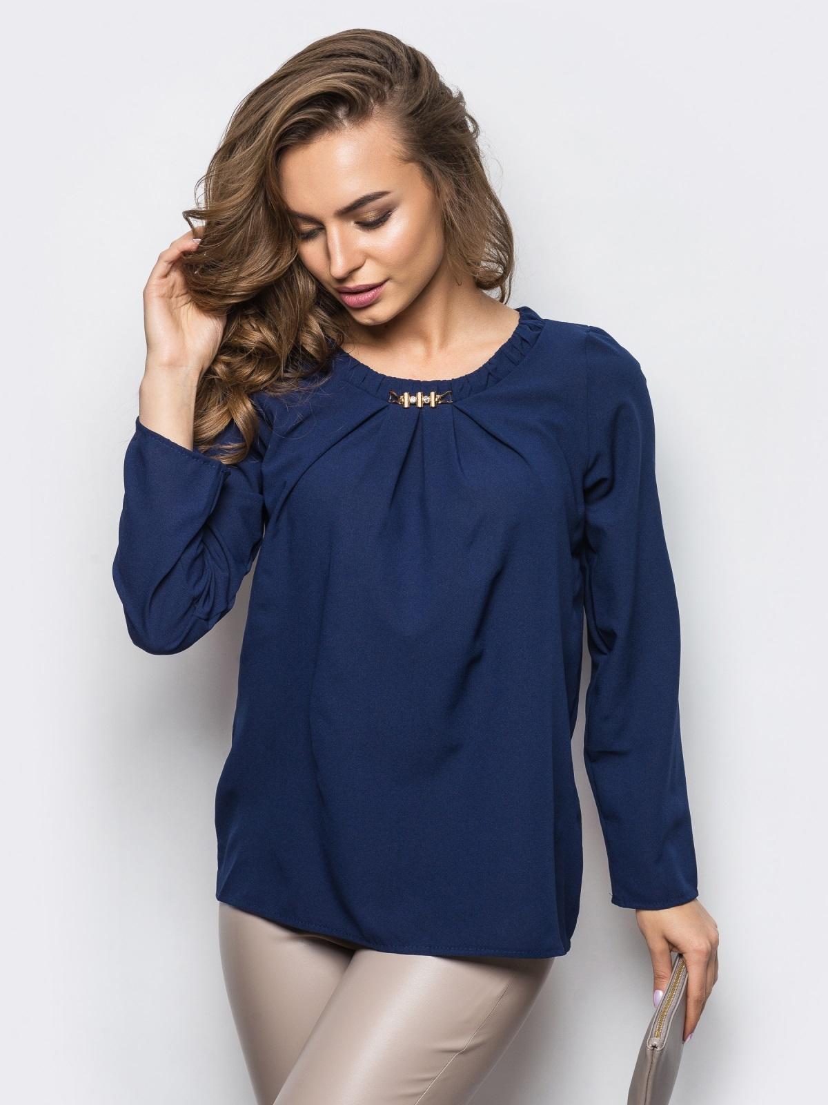 Тёмно-синяя блузка свободного кроя со складками по горловине - 12307, фото 1 – интернет-магазин Dressa