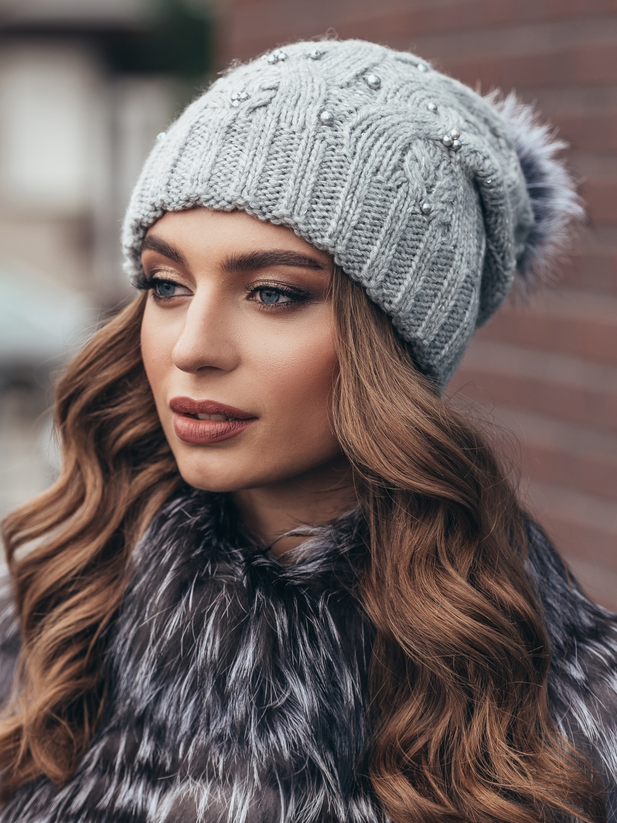 Светло-серая вязаная шапка с бусинами и бубоном - 15481, фото 2 – интернет-магазин Dressa