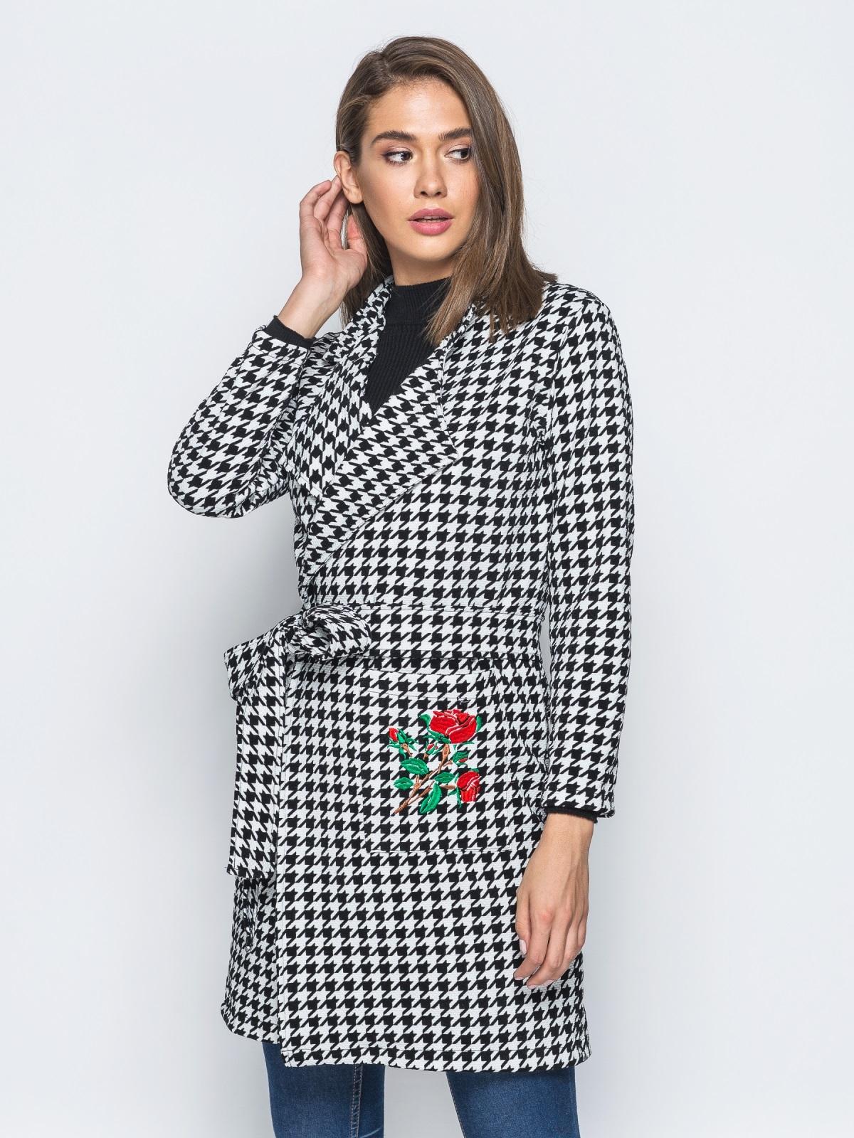 Кардиган с вышивкой на кармане и с поясом бело-черный - 15739, фото 1 – интернет-магазин Dressa