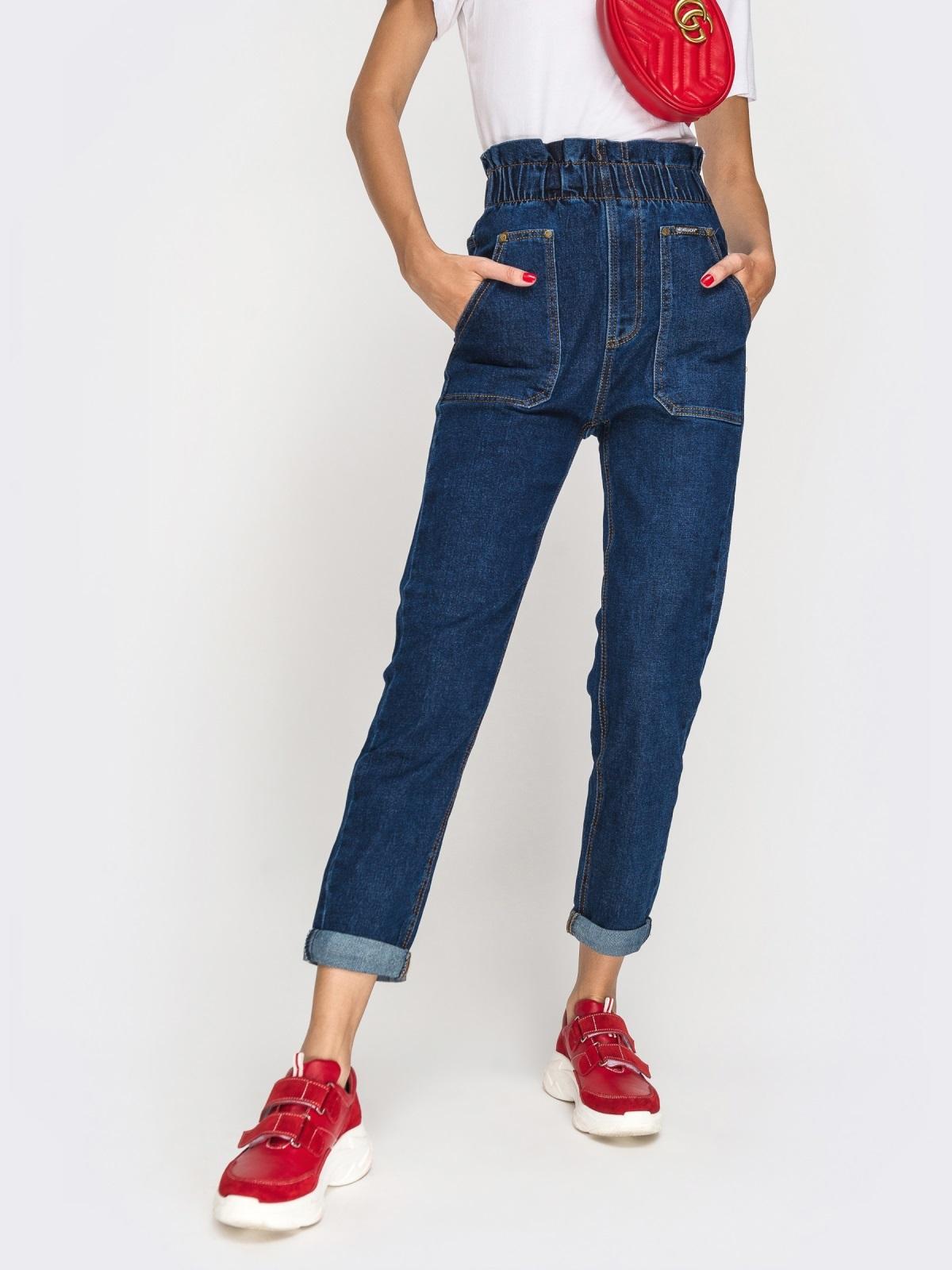 Джинсы с накладными карманами и оборкой по талии синие - 41932, фото 1 – интернет-магазин Dressa