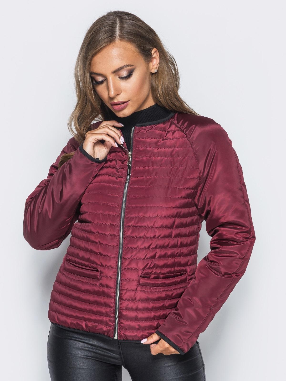 Бордовая стеганая куртка с прорезными карманами - 14690, фото 1 – интернет-магазин Dressa