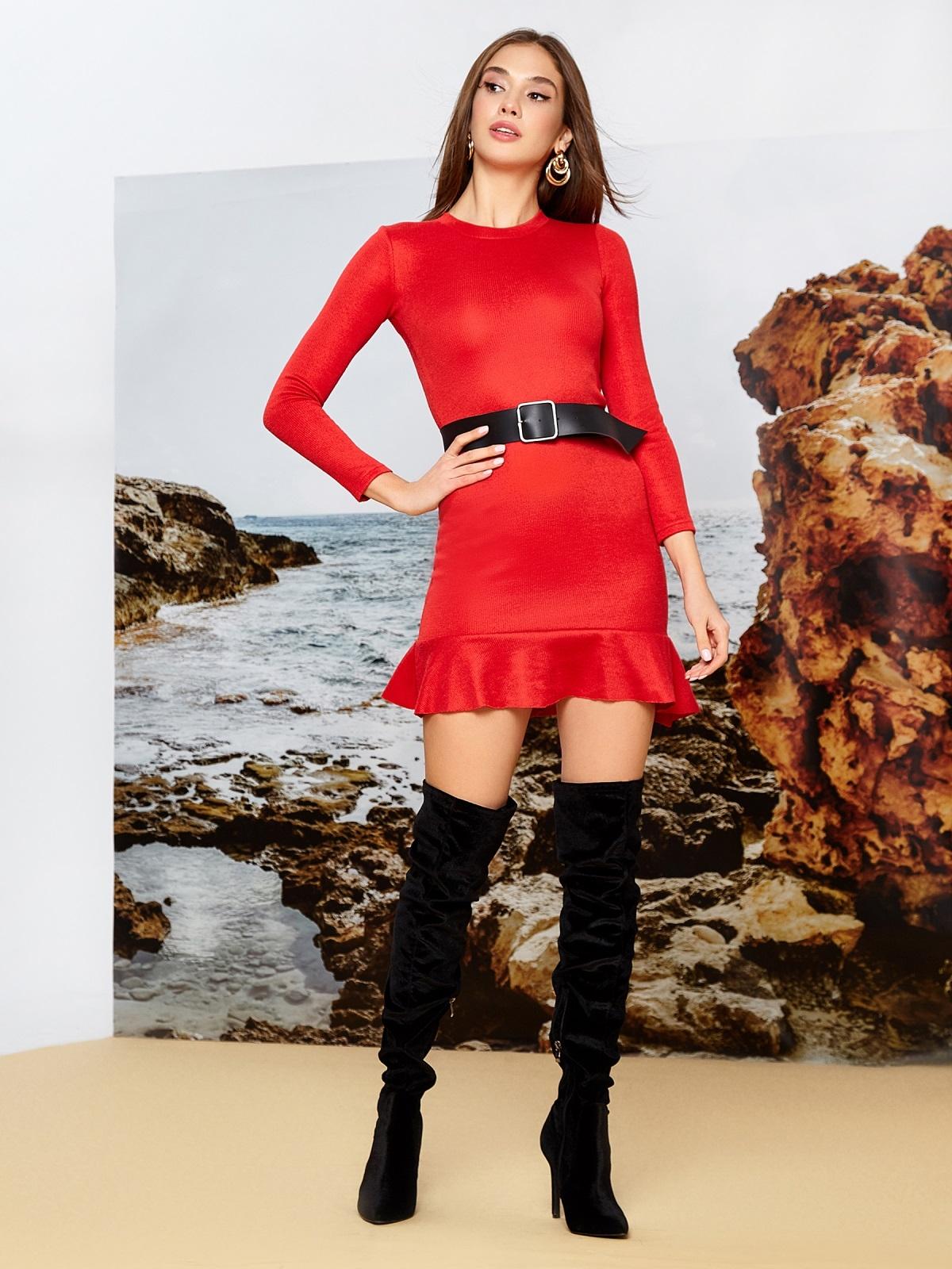 Платье из трикотажа красного цвета с оборкой по низу - 42284, фото 1 – интернет-магазин Dressa