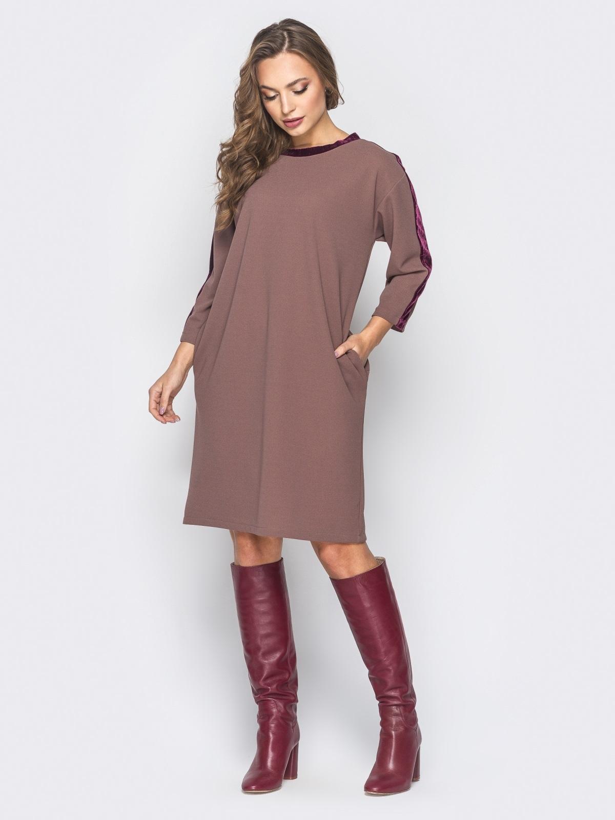 Платье бежевого цвета с велюровыми лампасами - 19170, фото 1 – интернет-магазин Dressa