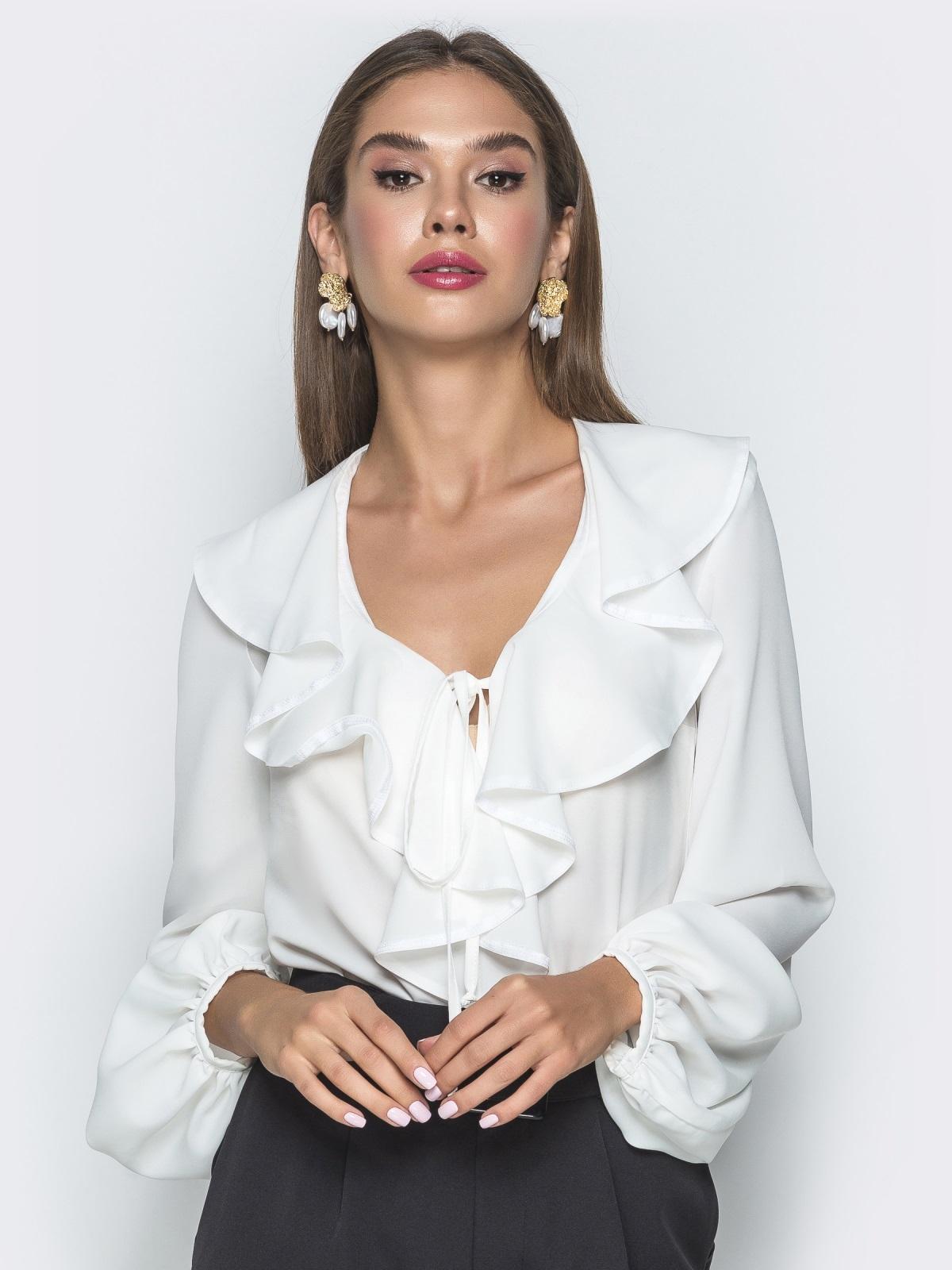 Белая блузка с рюшами по горловине - 40106, фото 1 – интернет-магазин Dressa