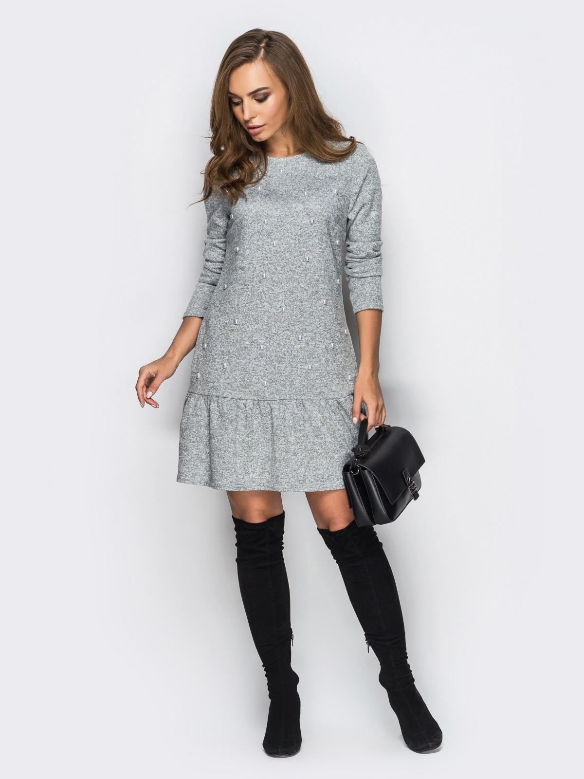 Трикотажное платье свободного кроя с широкой оборкой серое - 13751, фото 1 – интернет-магазин Dressa