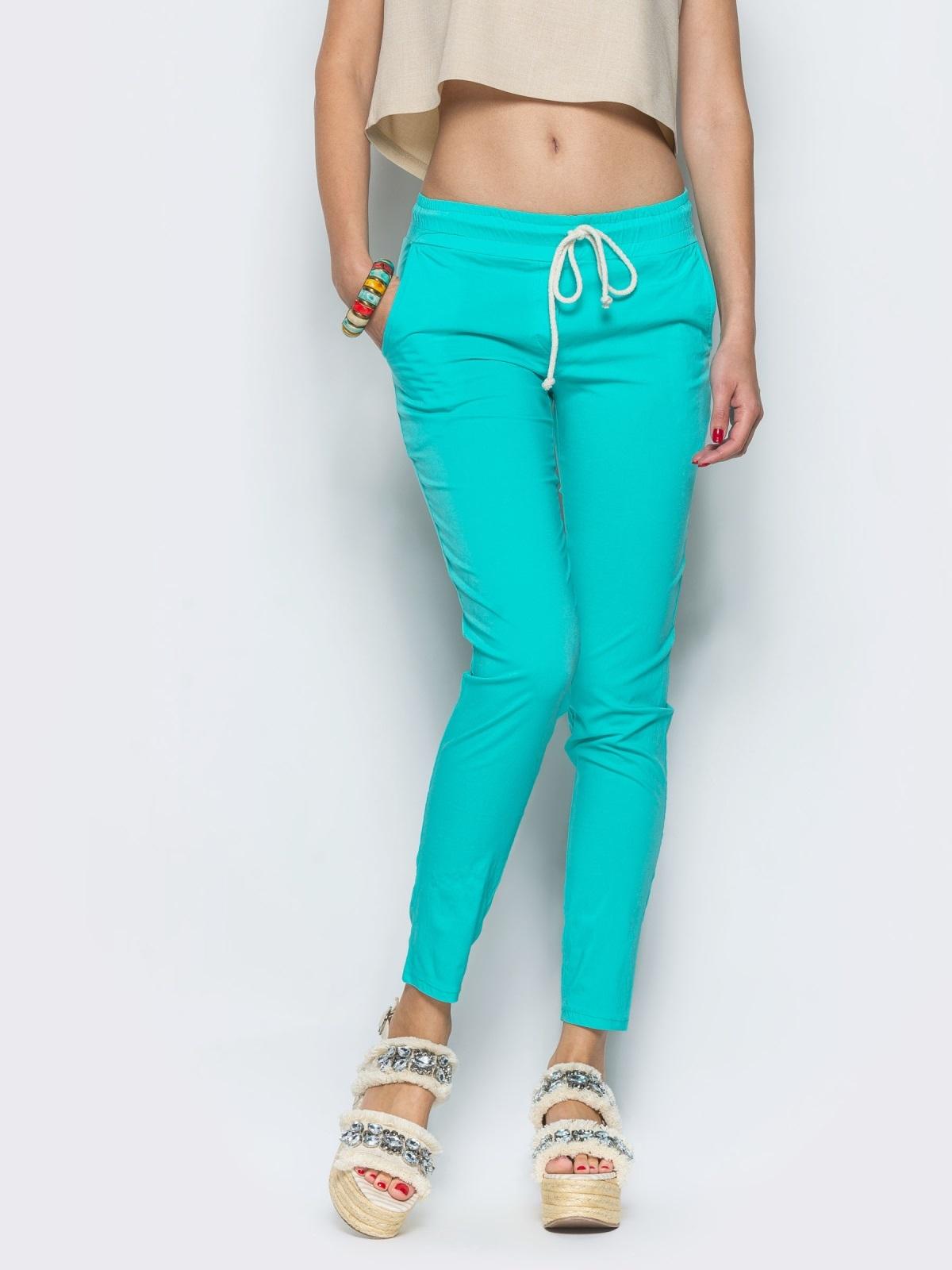 Бирюзовые брюки-бойфренды с резинкой на поясе - 12754, фото 1 – интернет-магазин Dressa