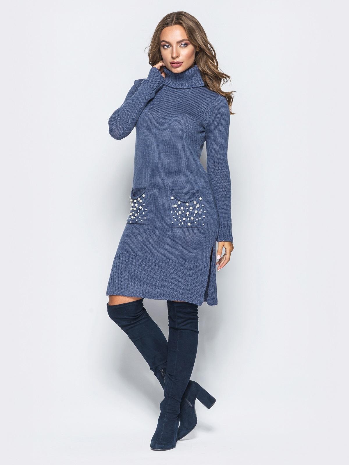 Девушка позирует в синем платье прямого кроя