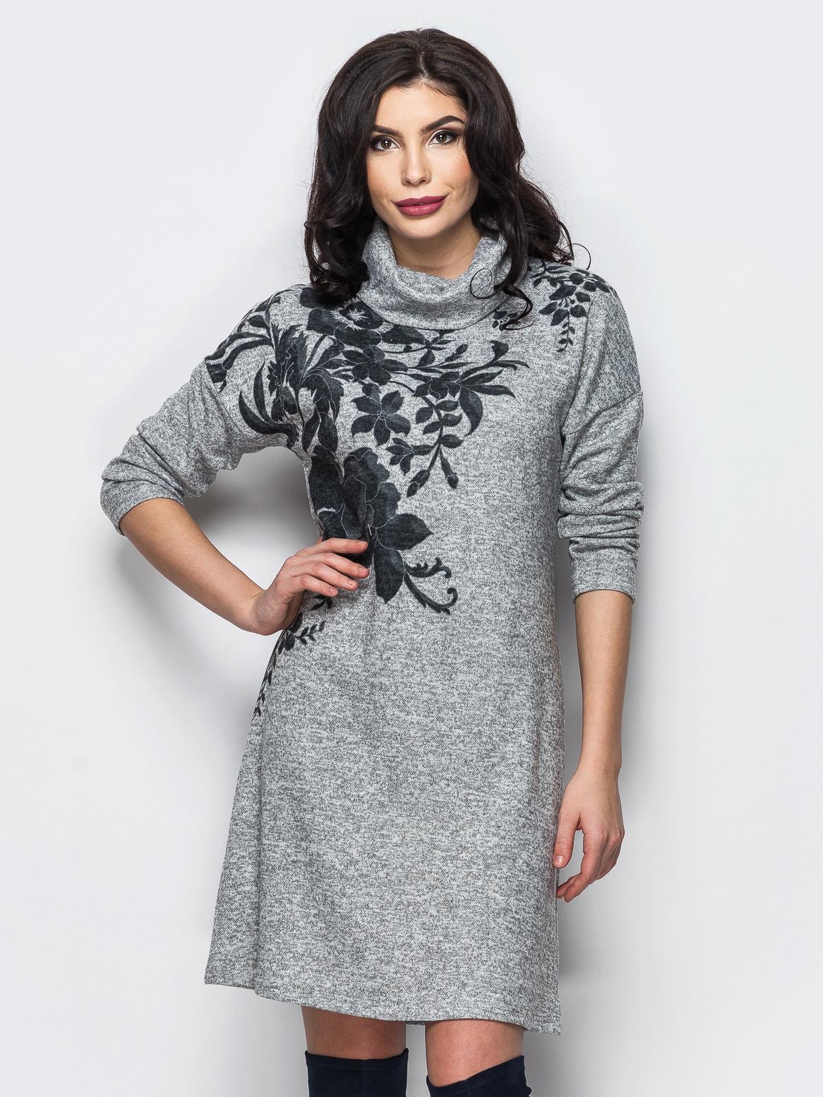 Трикотажное платье-гольф с цветочным принтом серое - 13158, фото 1 – интернет-магазин Dressa
