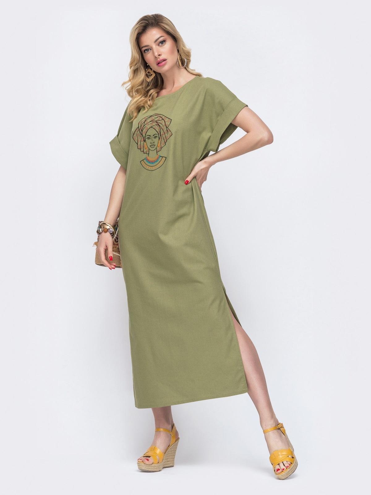 Блондинка в летнем зеленом платье с ярким принтом