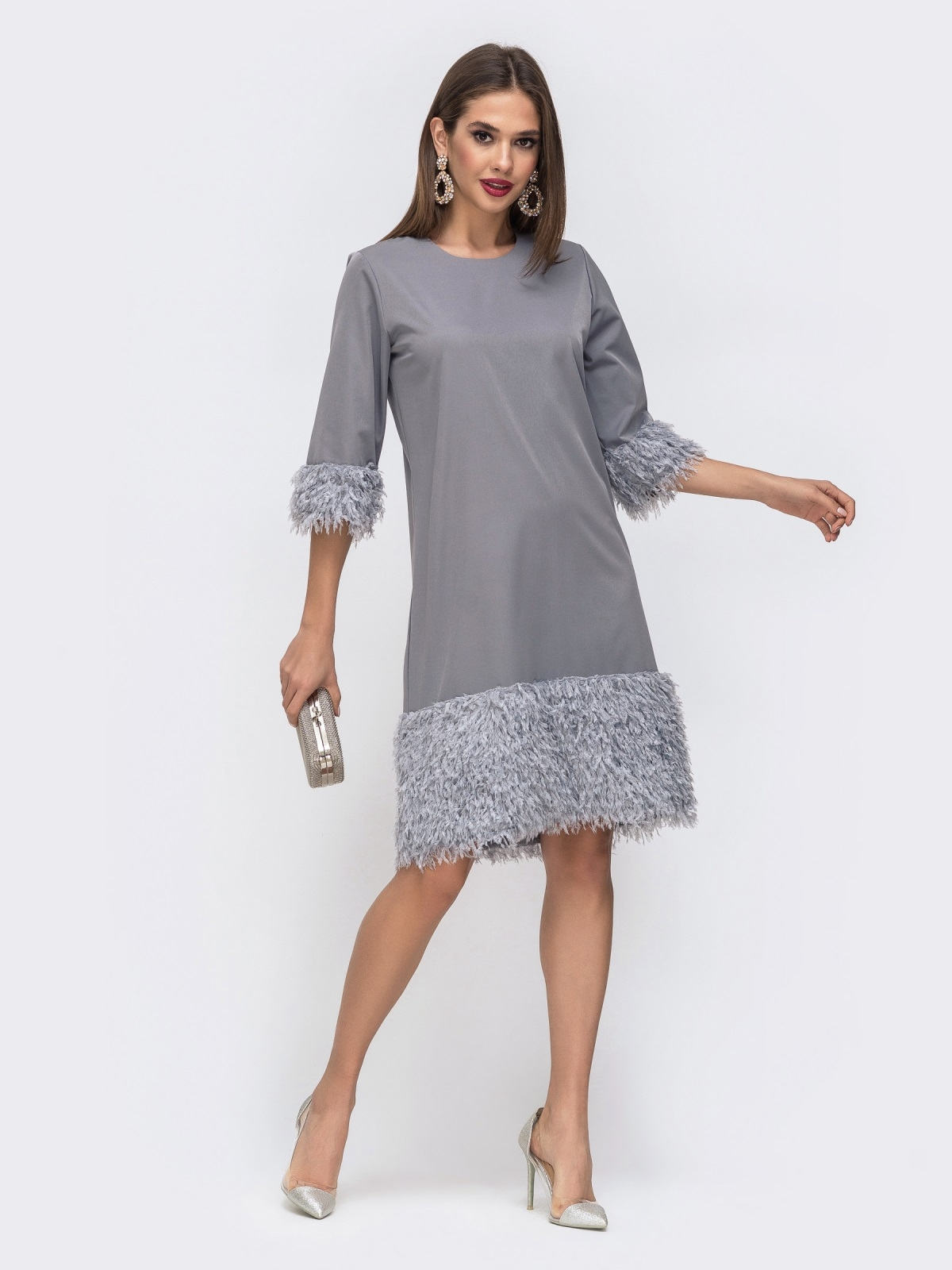 Серое платье со вставками из искусственных перьев по низу - 42667, фото 1 – интернет-магазин Dressa