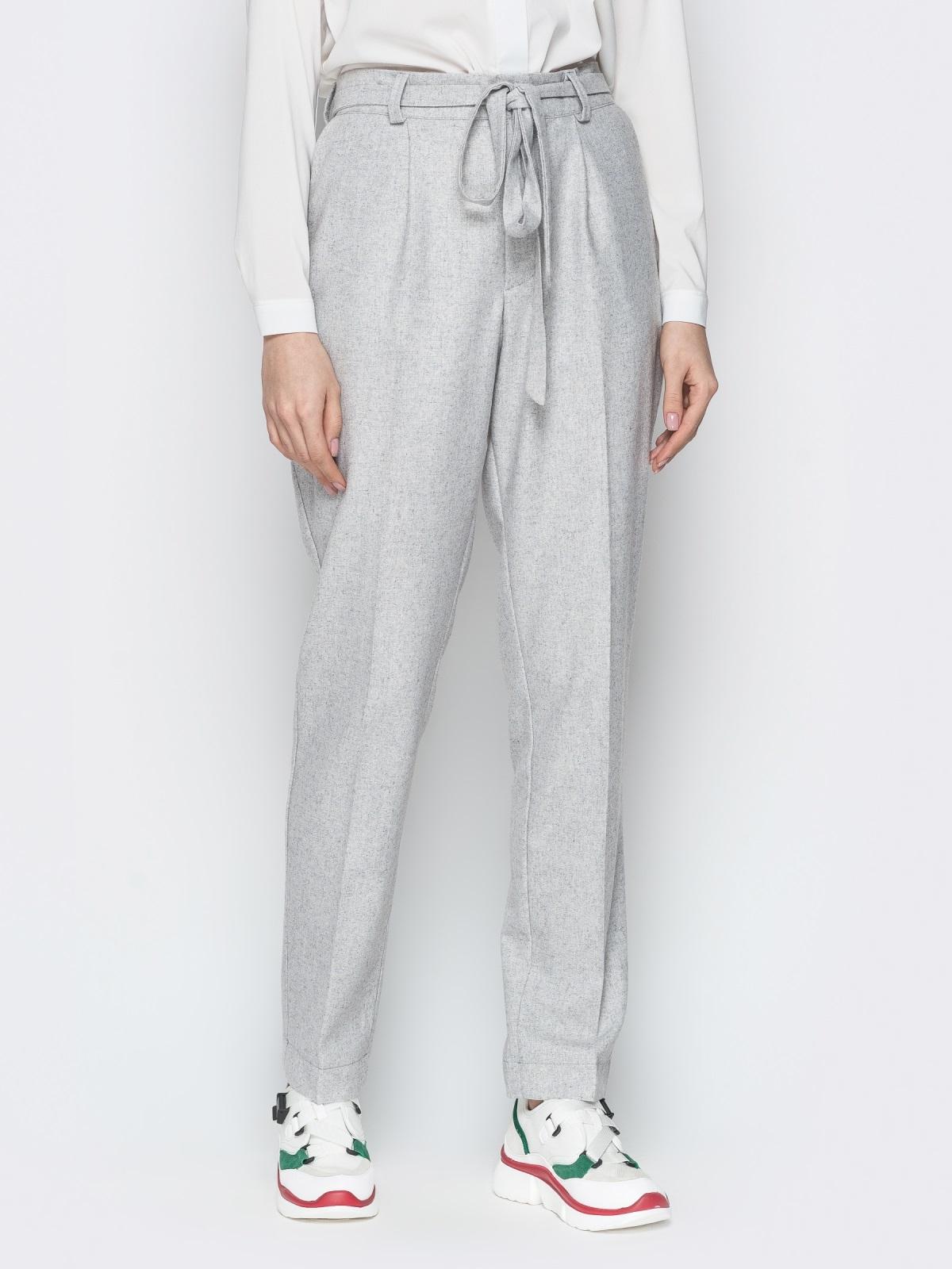 Светло-серые брюки с поясом и шлёвками - 20093, фото 1 – интернет-магазин Dressa
