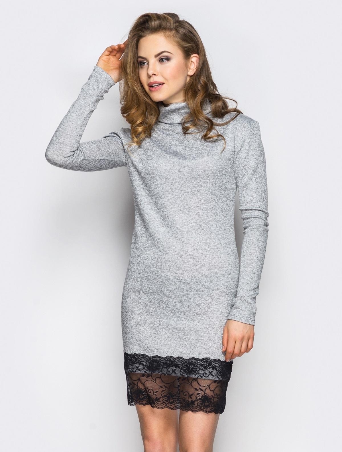 Серое трикотажное платье с кружевной оборкой - 13462, фото 1 – интернет-магазин Dressa