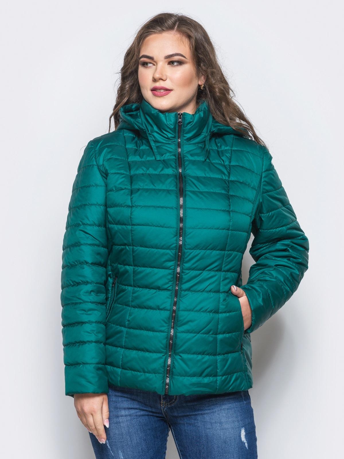 Изумрудная демисезонная куртка батал с съемным капюшоном - 14714, фото 1 – интернет-магазин Dressa