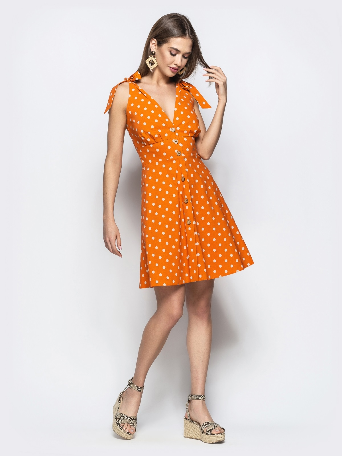 Стильное оранжевое платье в белый горох