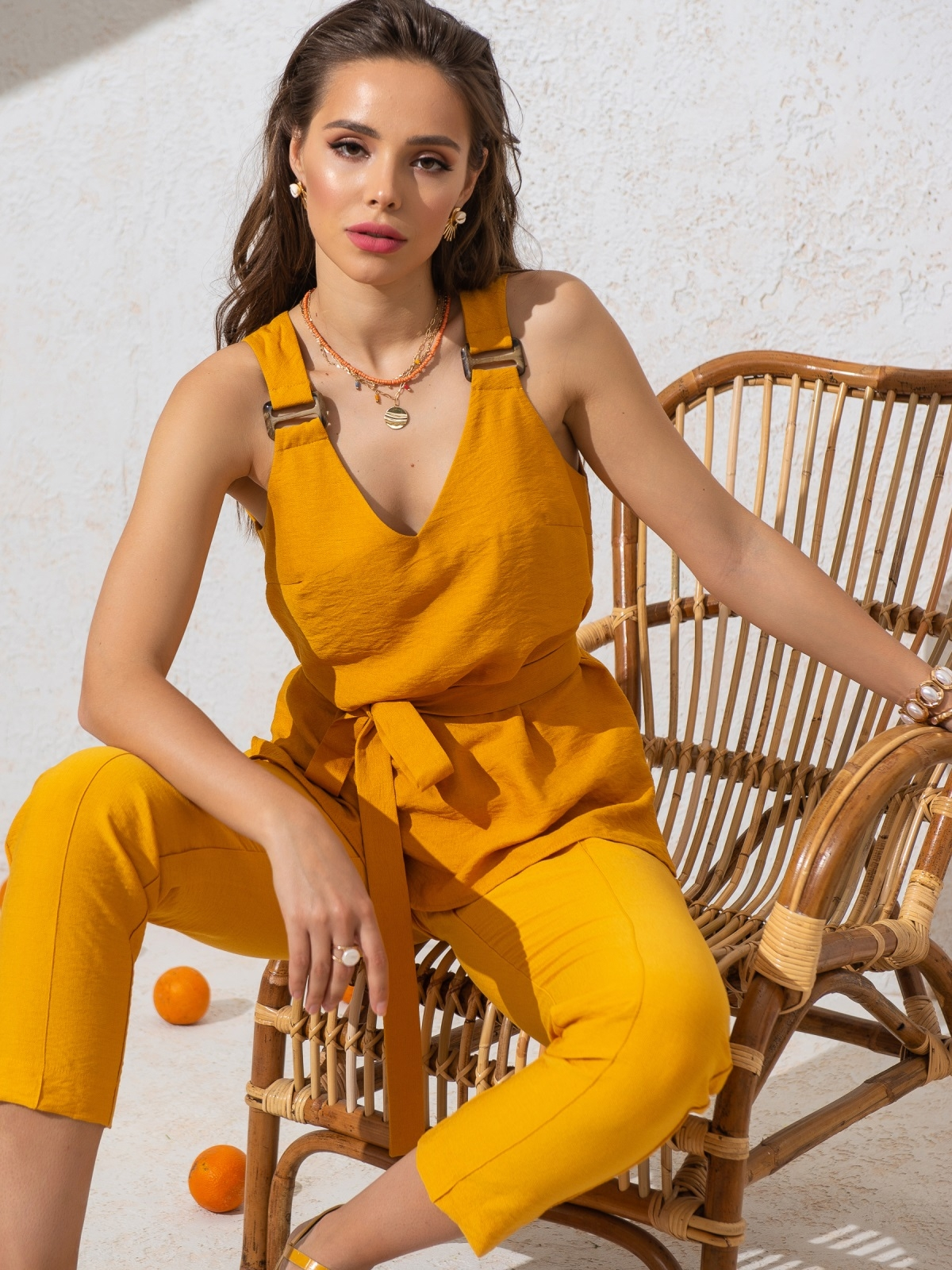 Блузка прямого кроя с V-вырезом и разрезами по бокам желтая - 49127, фото 1 – интернет-магазин Dressa