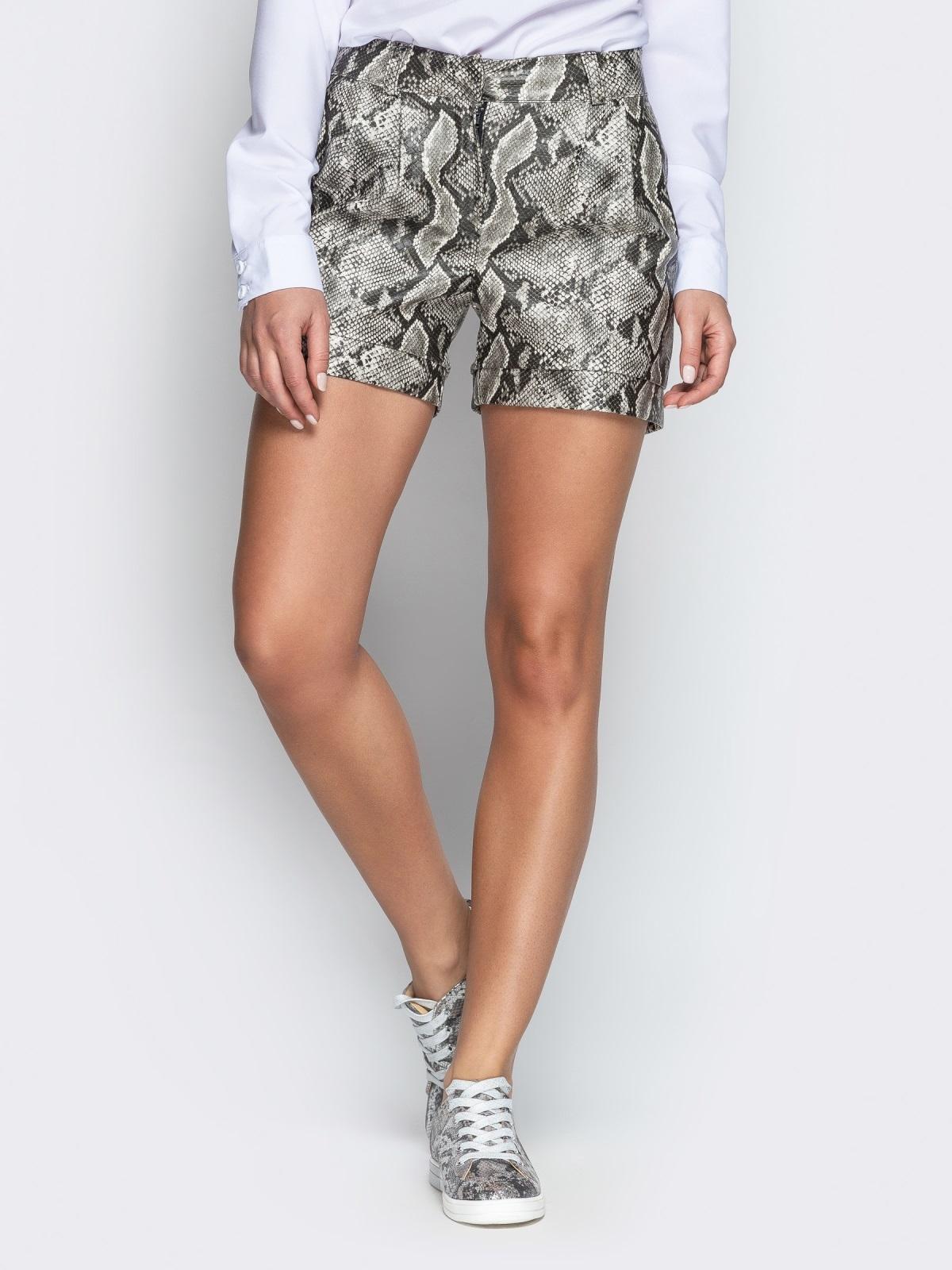 Серые шорты из кожзама со змеиным принтом - 21314, фото 1 – интернет-магазин Dressa
