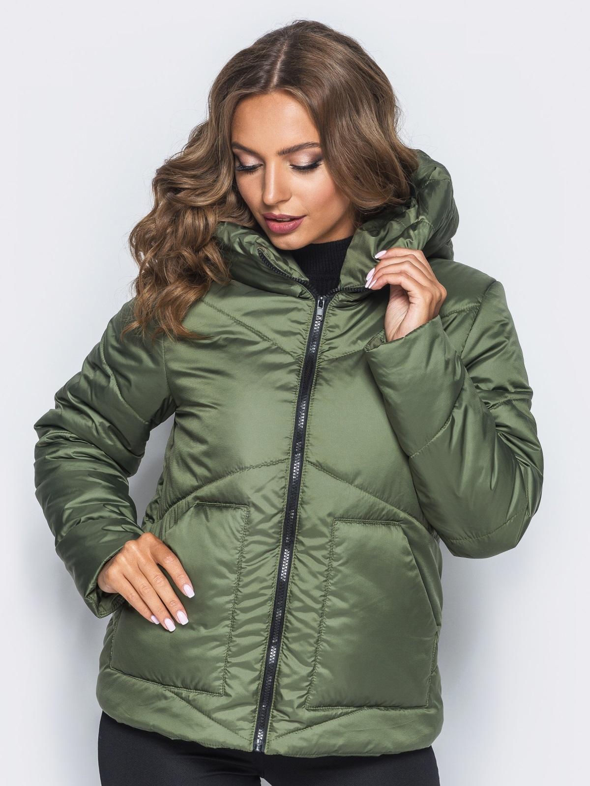 Стёганая куртка с капюшоном и объемными карманами зеленая - 14701, фото 1 – интернет-магазин Dressa