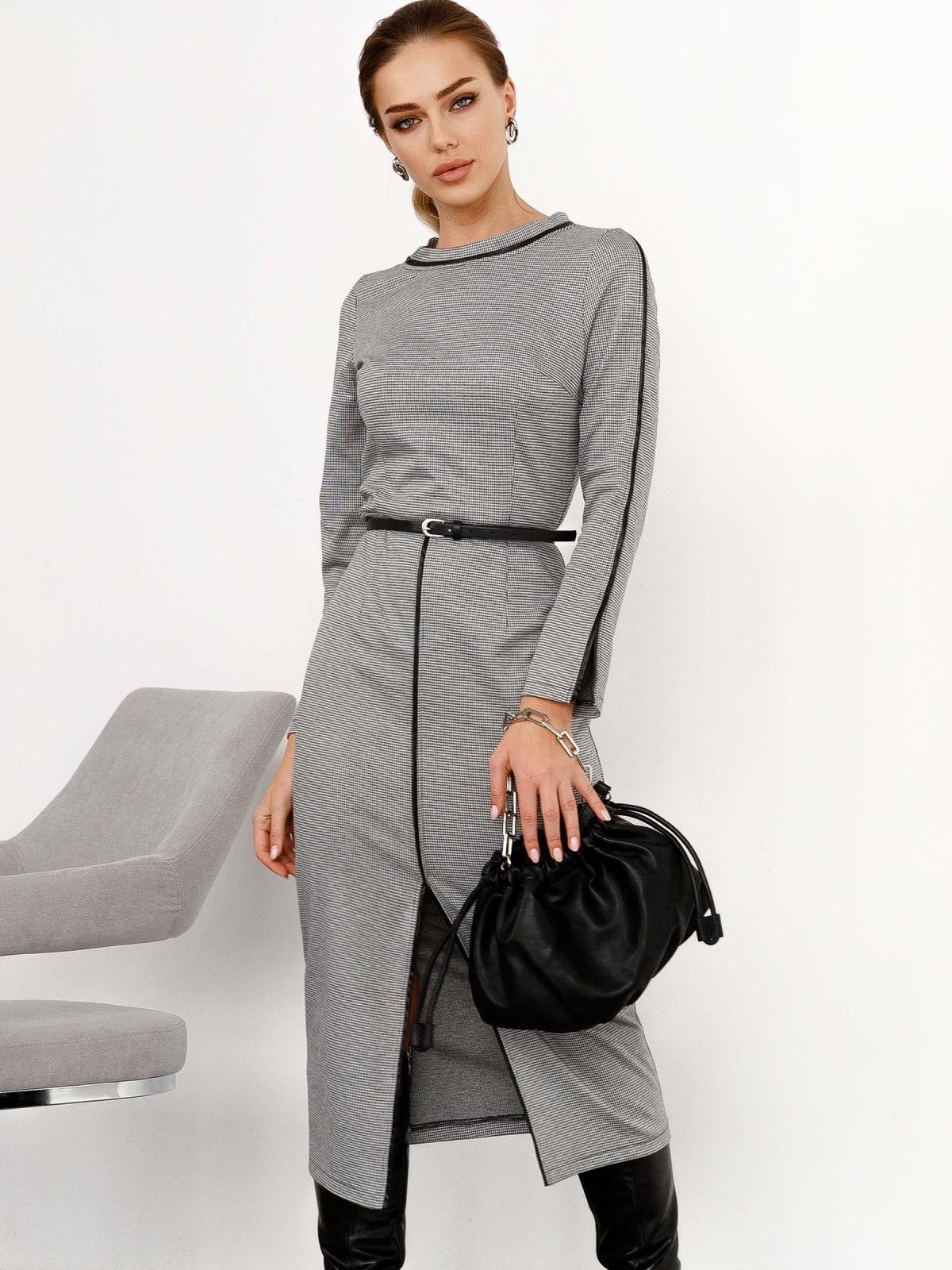Модель в сером теплом приталенном платье с разрезом