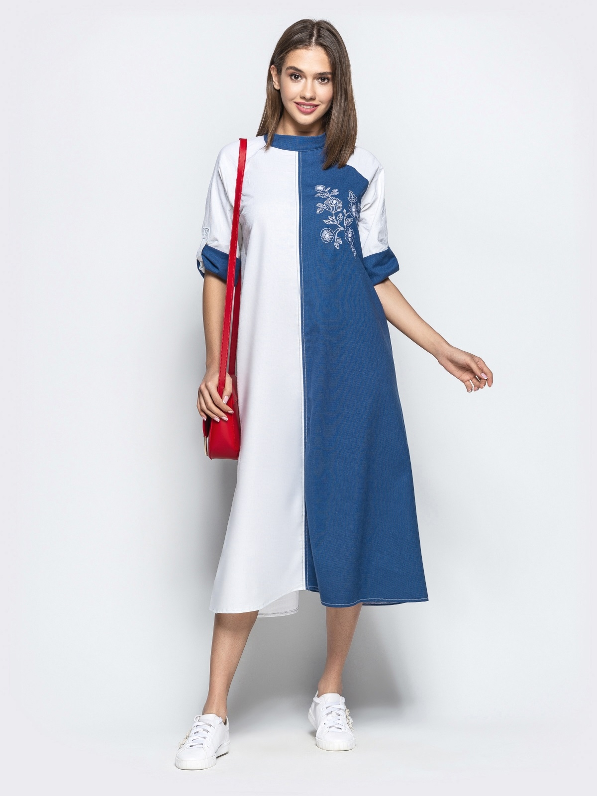 Бело-синее платье-трапеция с авторской вышивкой - 21924, фото 1 – интернет-магазин Dressa