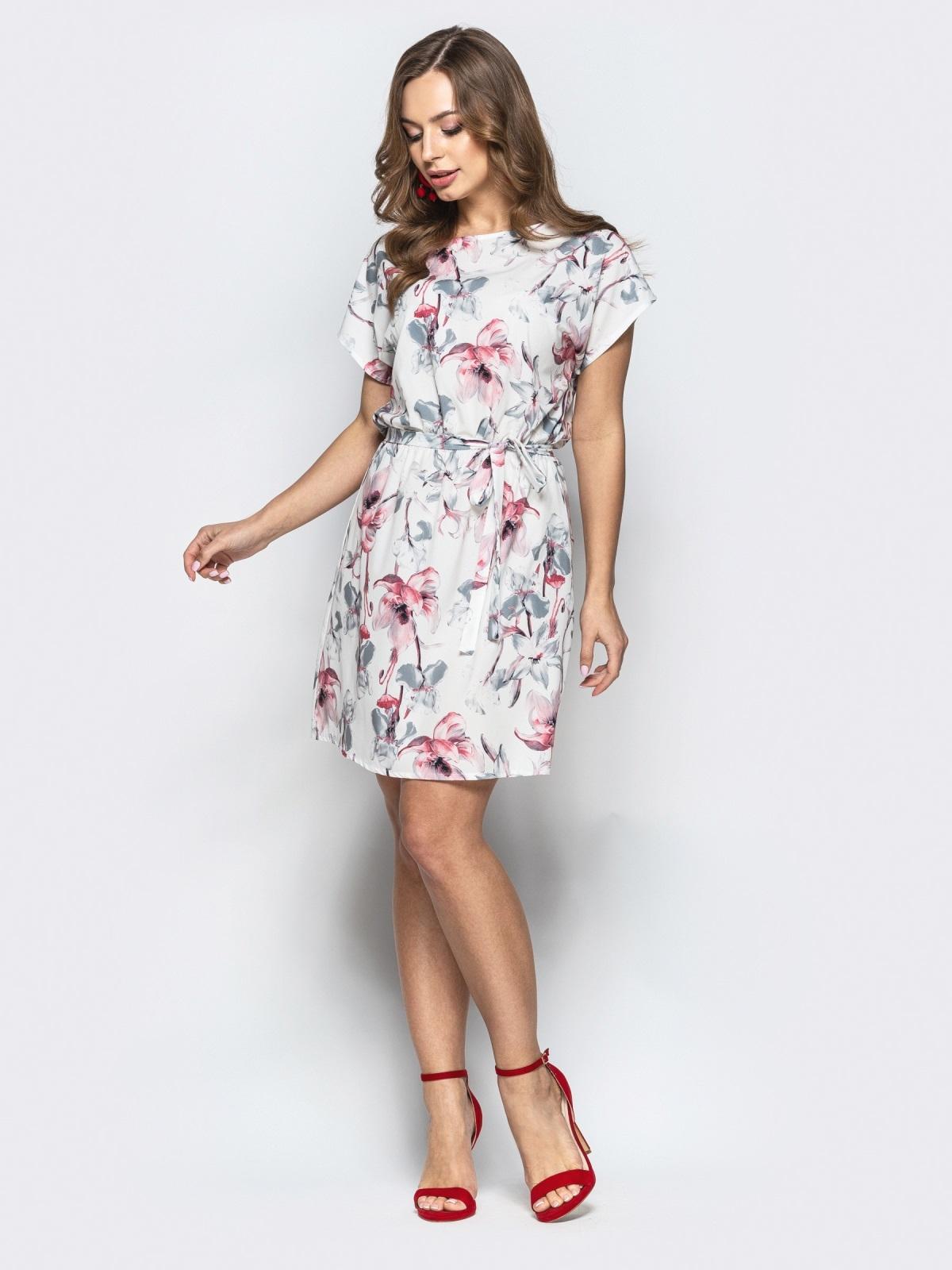 Приталенное платье белого цвета с цветочным принтом - 21815, фото 1 – интернет-магазин Dressa