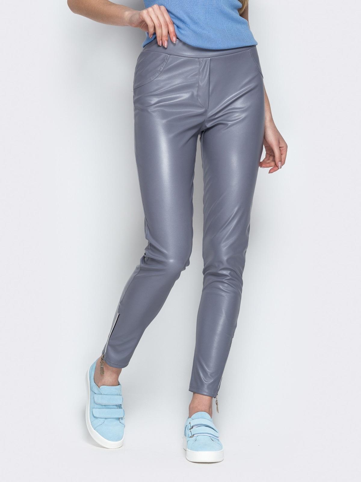 Серые брюки-дудочки из эко-кожи с завышенной талией - 20881, фото 1 – интернет-магазин Dressa
