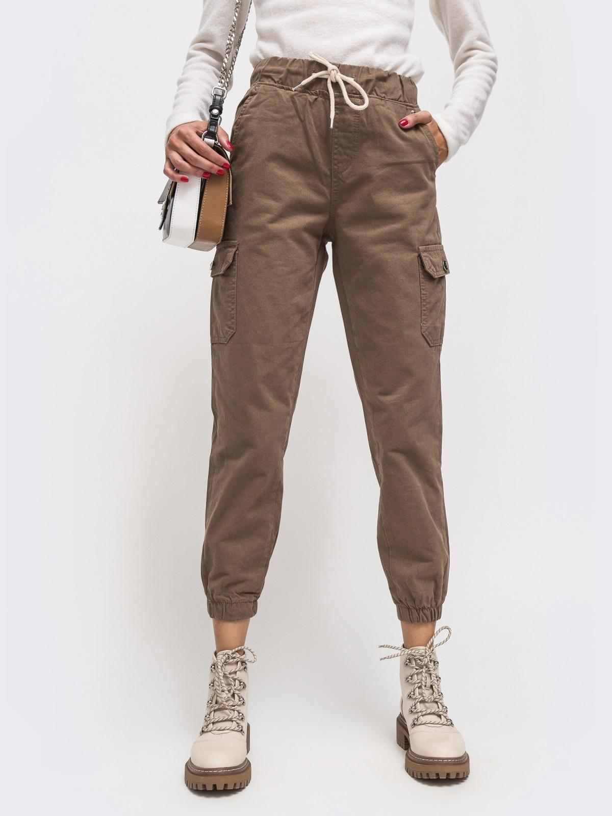 Джинсы-джоггеры с накладными карманами по бокам бежевые - 41925, фото 1 – интернет-магазин Dressa