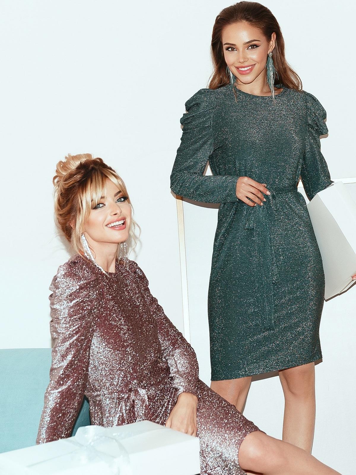 Две девушки в вечерних платьях из люрекса