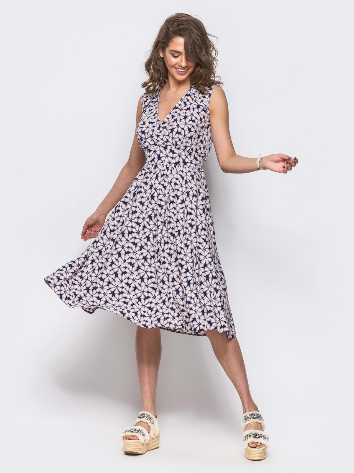 Платье на запах с цветочным принтом без рукавов пудровое - 11576, фото 1 – интернет-магазин Dressa