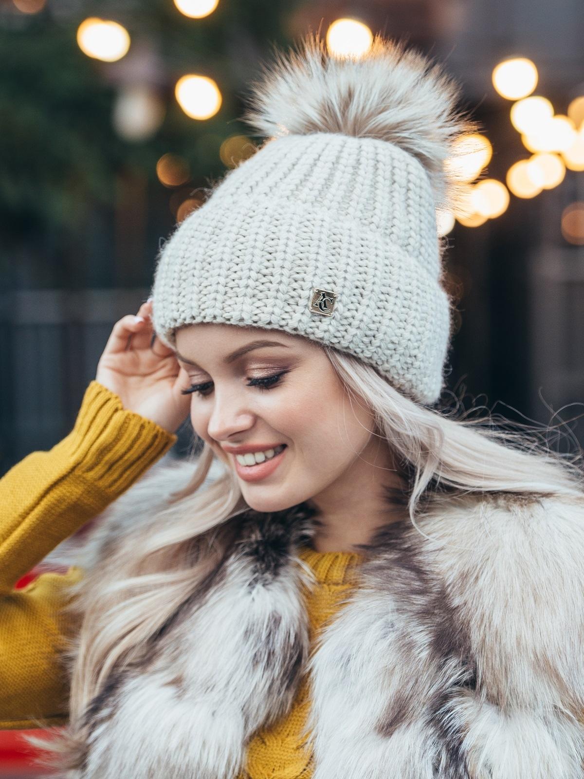 Зимняя шапка с бубоном бежевого цвета 50126, фото 1