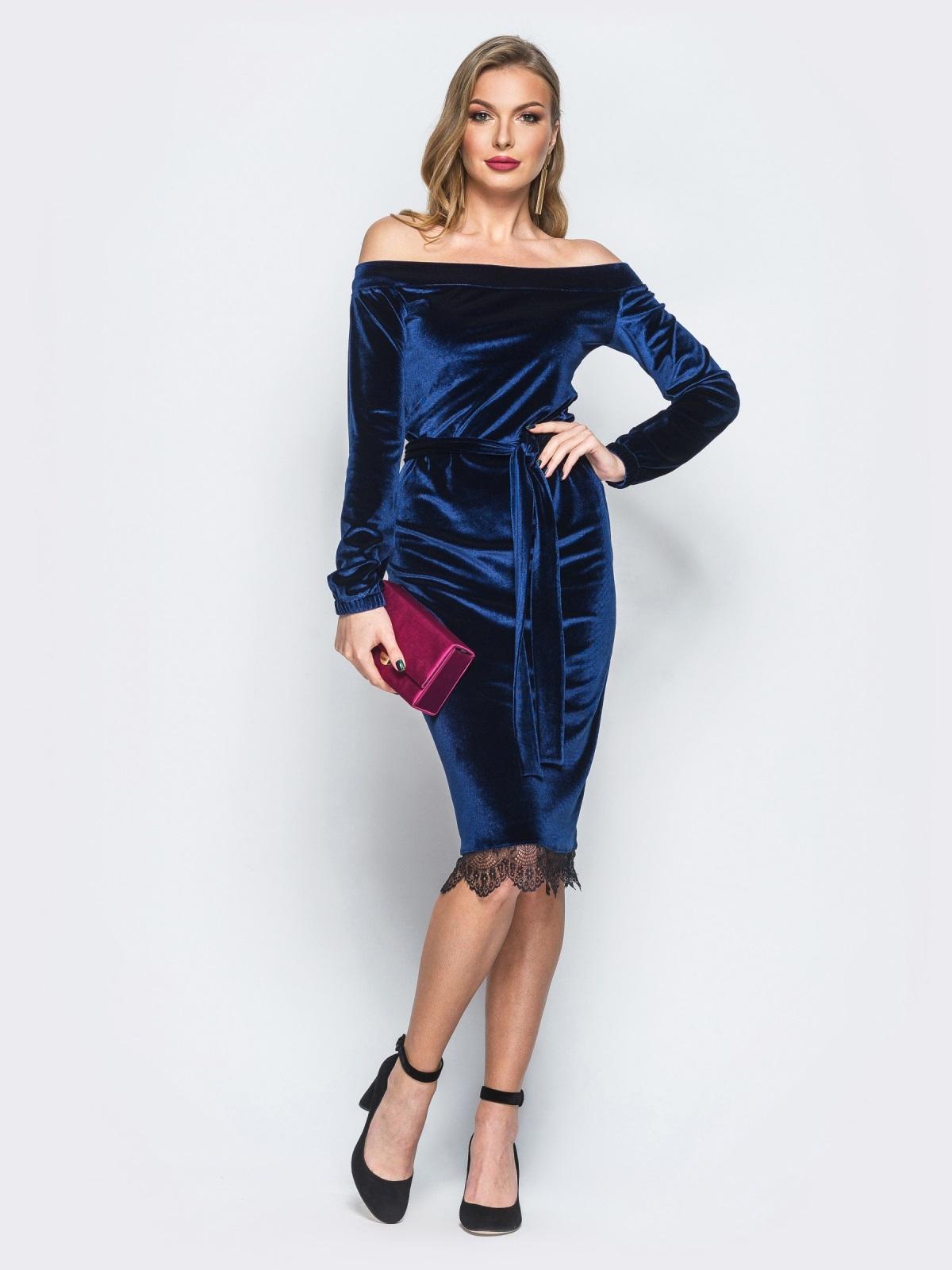 Платье синего цвета из велюра с открытыми плечами - 18134, фото 1 – интернет-магазин Dressa