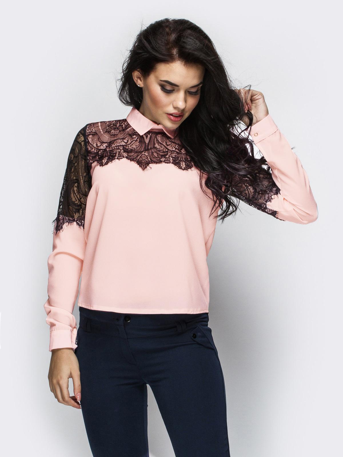 Пудровая блузка прямого кроя с гипюровой кокеткой 13883, фото 1