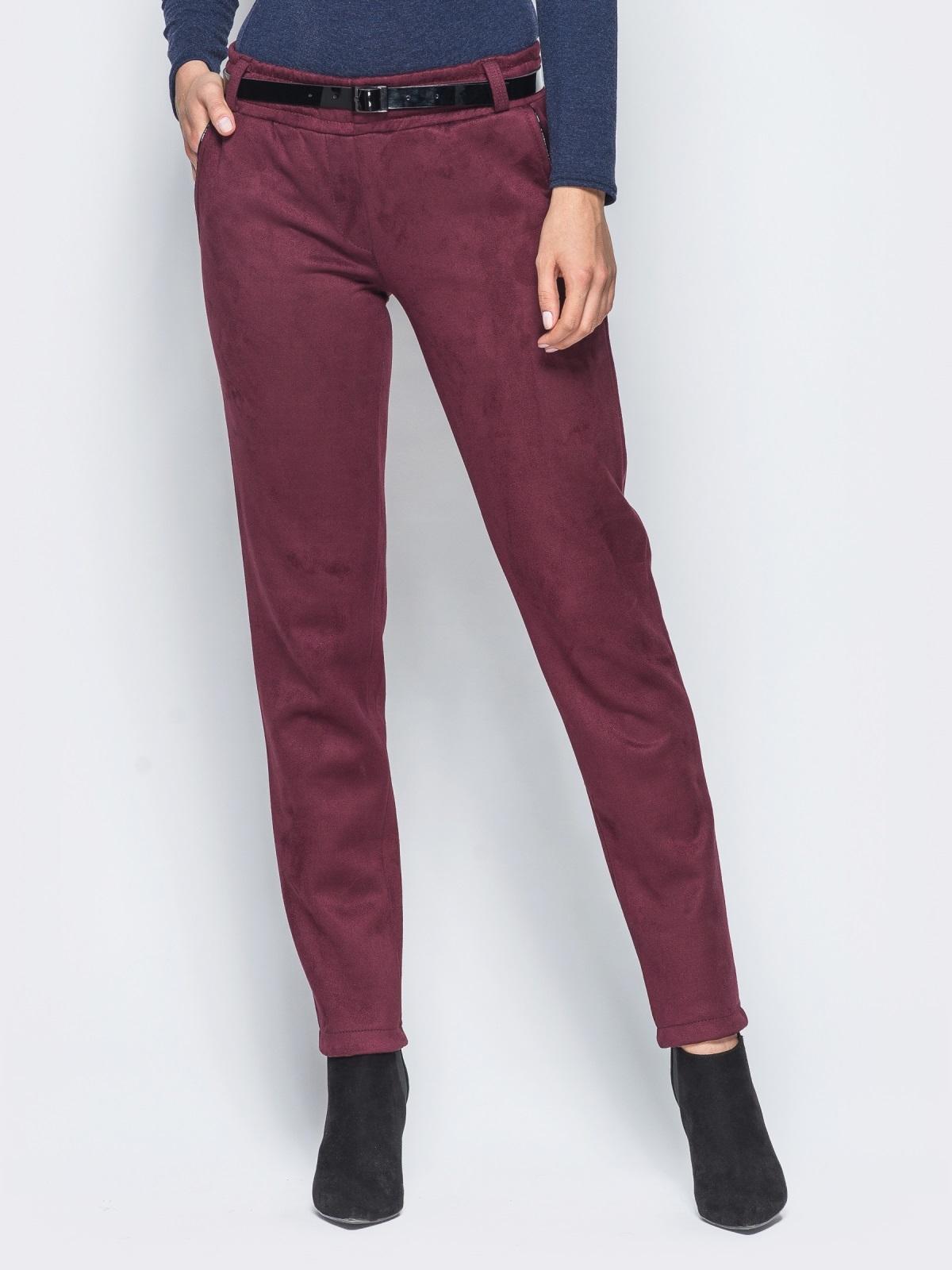 Бордовые замшевые брюки с кожаной отделкой на карманах - 15720, фото 1 – интернет-магазин Dressa