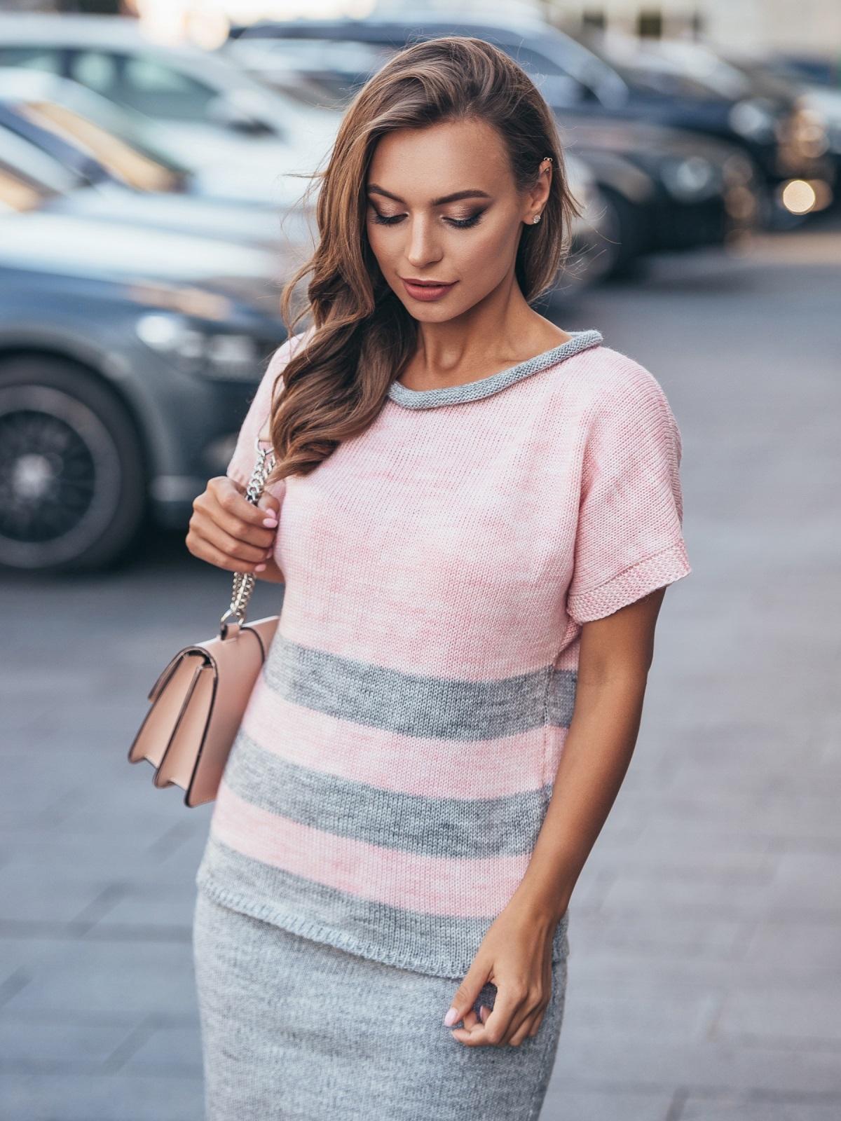 Вязаный свитер розового цвета с серыми полосами - 17115, фото 1 – интернет-магазин Dressa
