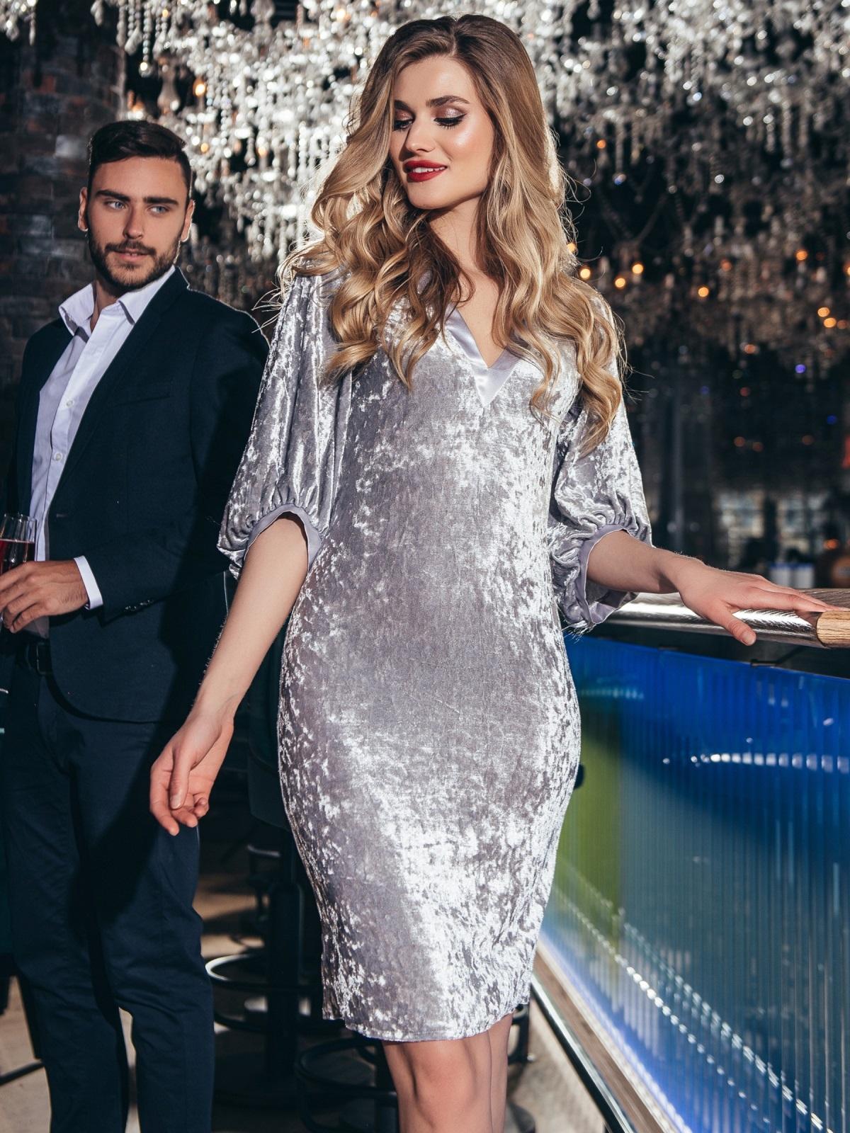 Вечернее велюровое платье с объемными рукавами