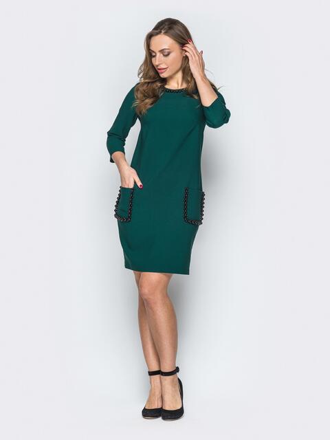 Зелёное платье приталенного силуэта с жемчугом - 19561, фото 1 – интернет-магазин Dressa