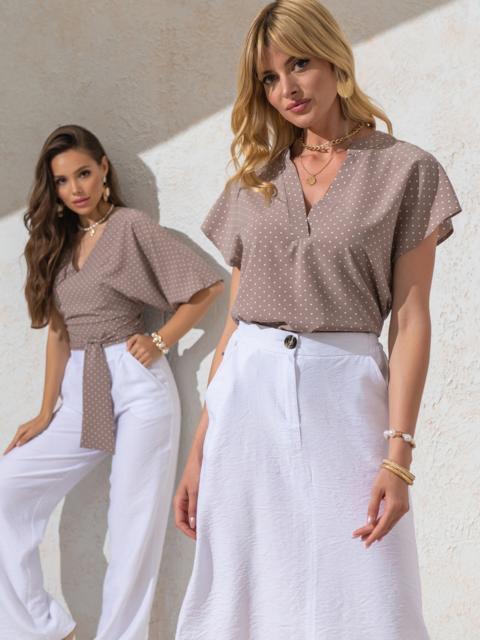 Бежевая блузка прямого кроя в горох с V-вырезом - 49096, фото 1 – интернет-магазин Dressa