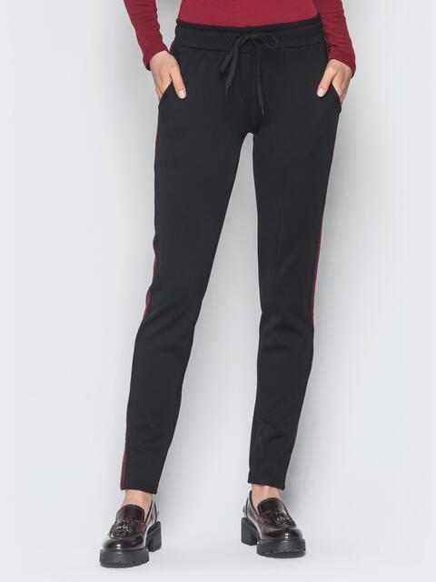 Черные брюки с жаккардовыми бордовыми лампасами - 18889, фото 1 – интернет-магазин Dressa