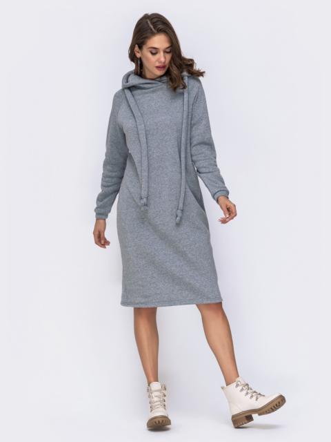 Серое платье на флисе в стиле oversize с капюшоном - 42535, фото 1 – интернет-магазин Dressa