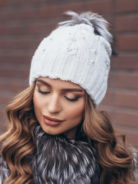 Белая вязаная шапка с бусинами и бубоном - 15479, фото 2 – интернет-магазин Dressa