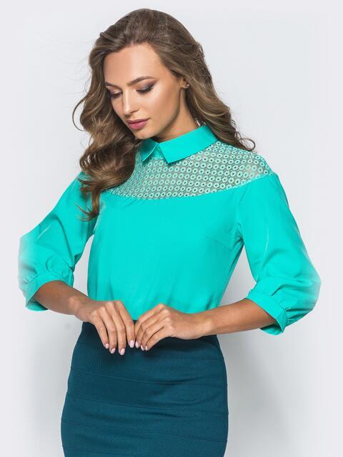 Блузка с кокеткой из сетки и съемной брошью бирюзовая - 16868, фото 1 – интернет-магазин Dressa