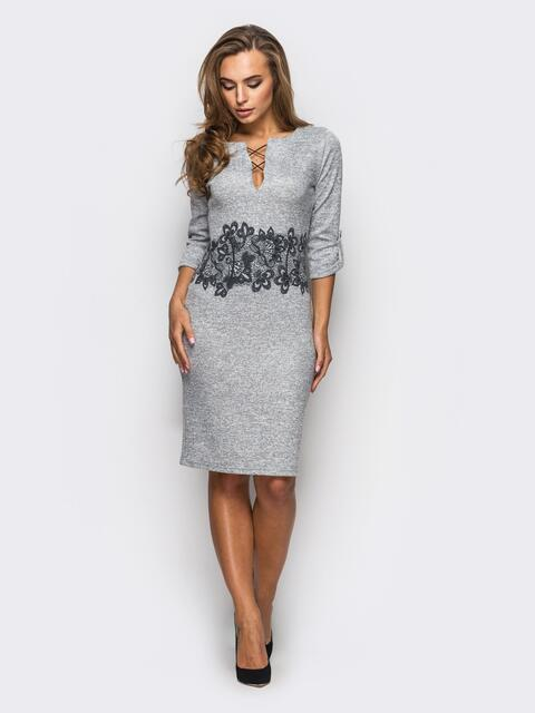 Принтованное трикотажное платье со шнуровкой на горловине серое - 22123, фото 1 – интернет-магазин Dressa