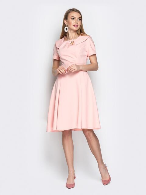 Пудровое платье с фигурным воротником и юбкой-клёш - 20439, фото 1 – интернет-магазин Dressa